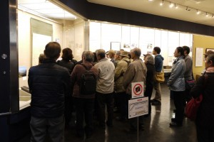 展示ケースの前に集まる参加者の様子