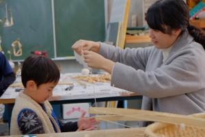 糸を紡ぐ大学生と女の子