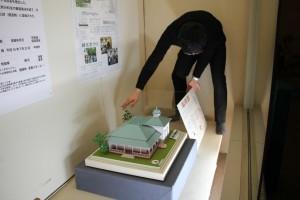 洋館の模型の展示作業の様子