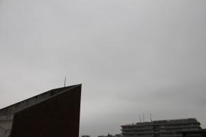 屋上から見た空の様子…一面曇り空