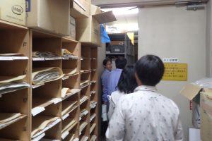 バックヤード(収蔵庫)を見学する大学生たち