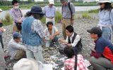 河原の石を観察する様子