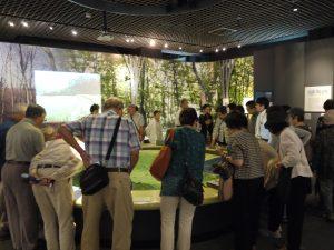 常設展示の地模型を見学する「八幡いきいき学級」の皆さん