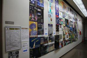 廊下に展示された歴代特別展ポスター
