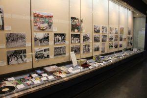 写真と時代を表す実物資料の展示