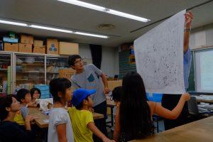 完成したセミのぬけがらマップを見る子どもたち