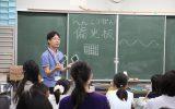 偏光板について説明する塚田学芸員