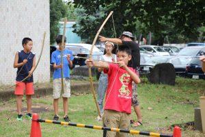 弓矢を射る子どもたちの様子