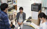 早田学芸員に質問する実習生の様子