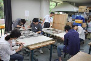 写真パネルの補修を行う実習生たち