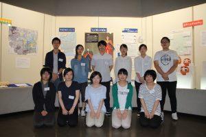 展示の前で撮影した実習生の集合写真