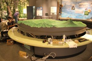 ジャッキアップされた地形模型