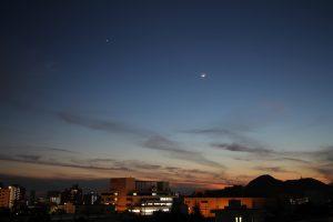 月と金星の間を昇るように通過するISS