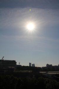 屋上の風景と冬至の日の太陽