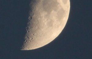 月の南部のクローズアップ