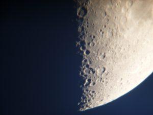 望遠鏡で拡大撮影した月面