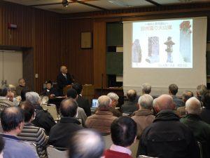 活動報告会で発表する石仏を調べる会の会員