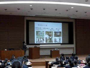 塚田学芸員の授業の様子
