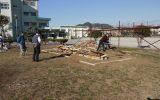 燃料となる材木を組み上げる様子