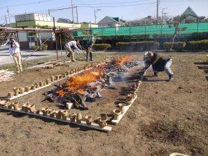 火のまわりに土器を並べて徐々に熱する様子