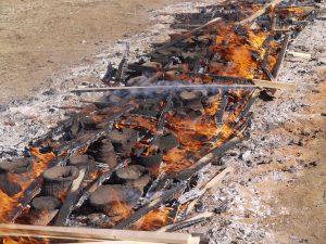 炎と焼き上がりつつある土器の様子
