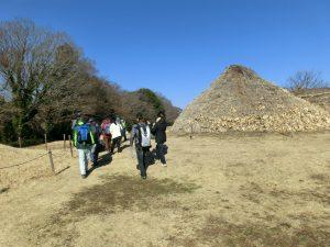 勝坂遺跡公園を見学する参加者たち