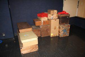 積み上げられた人形の箱