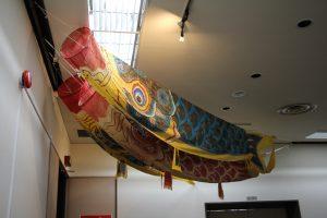特別展示室前の廊下の天井に飾られた鯉のぼり