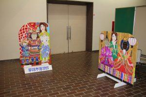 特別展示室前に並ぶ2種類の顔出しパネル