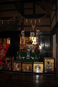民家の家に展示された五月人形