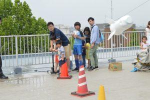 水ロケットを飛ばす子どもたち