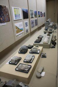 展示ケース内に仮置きされた岩石資料