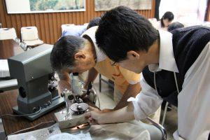 自分で作成した薄片を偏光顕微鏡で覗く参加者