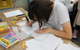 展示に使うキャラクターを描く実習生