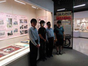 展示設営にあたった県立秦野曽屋高校日本史研究部員