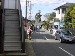 江戸時代と変わらない善徳寺前の道をゆく