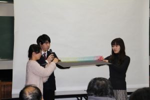 地震波を説明する実験の様子