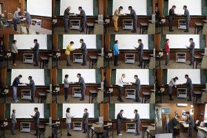 館長から平塚学講座参加者に修了証を授与している様子