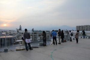 ダイヤモンド富士を撮影する天体観察会会員たち