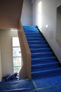 ブルーシートに覆われた西側階段