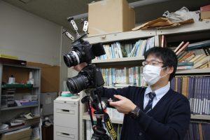2台のカメラを繋げる藤井学芸員