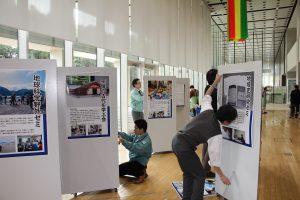展示作業を行う学芸員たち