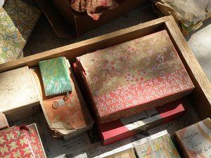 千代紙の張られた紙の箱