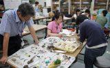 採集してきた漂着物を分類する実習生