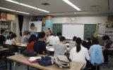 課題を発表する実習生